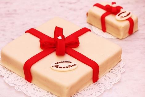Le Creamy est une création exclusive de la Pâtisserie Amandine. Sous cette apparence de cadeau se cache un goût excquis ! - Pâtisserie Amandine Marrakech