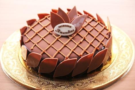 Un subtil mélange de chocolat et de caramel, recouvert d'un glaçage au chocolat. - Pâtisserie Amandine Marrakech
