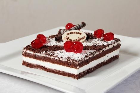 Le gâteau par excellence des petits et des grands. Génoise au chocolat et crème chantilly,recouvert de copeaux de chocolat. - Pâtisserie Amandine Marrakech