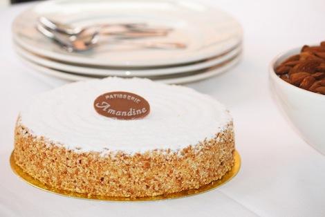 Un gâteau à l'ancienne comme on les aime.L'onctuosité d'une crème au beurre praliné alliée au craquant de la meringue aux amandes. - Pâtisserie Amandine Marrakech