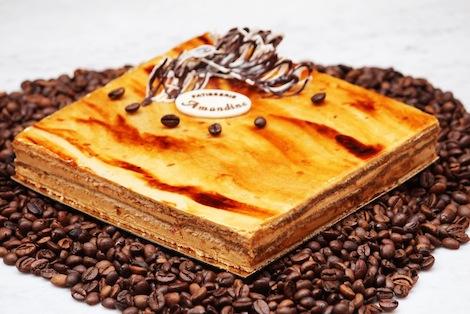 Le Moka Café est composé de biscuit aux amandes, de café et d'une onctueuse créme au beurre. - Pâtisserie Amandine Marrakech