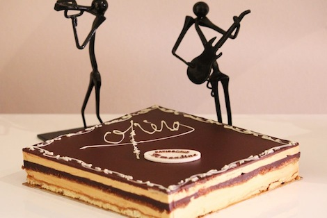 Recette mythique de la Pâtisserie Française, l'opéra est composé d'un biscuit joconde et allie chocolat & café. - Pâtisserie Amandine Marrakech