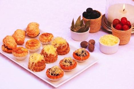 Les salés Classiques d'Amandine: Mini pizza à la pâte feuilletée, mini quiche au fromage ou crevettes; chaussons aux saucisses, vol-au-vent à la sauce béchamel, fromage et champignons - Pâtisserie Amandine Marrakech