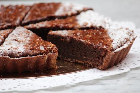 Une tarte classique exclusivement à base d'amandes et de chocolat fortement concentré en cacao. - Pâtisserie Amandine Marrakech