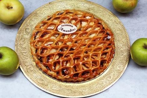 Notre tarte aux pommes est élaborée avec technicité et délicatesse. Sous son treillis se trouve une compote de pomme maison, des quartiers de pommes et de la créme d'Amande - Pâtisserie Amandine Marrakech